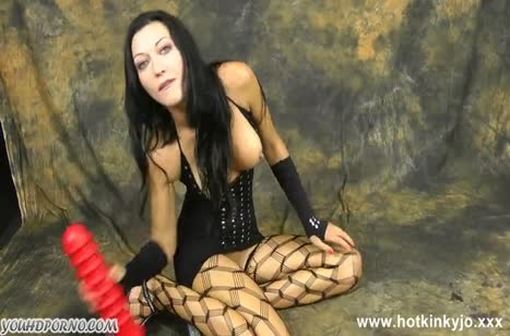 Бабенка в секс наряде садится аналом на большую игрушку №2