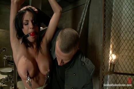 Грудастая красотка Анисса Кейт попробовала себя в БДСМ порно №2