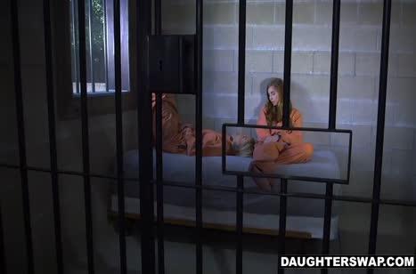 Двух заключенных девок мужики трахнули через решетку