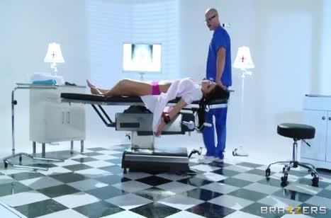 Лысый врач красиво трахнул сисястую пациентку Audrey Bitoni