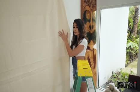 Похотливая художница с большими сиськами дала себя трахнуть