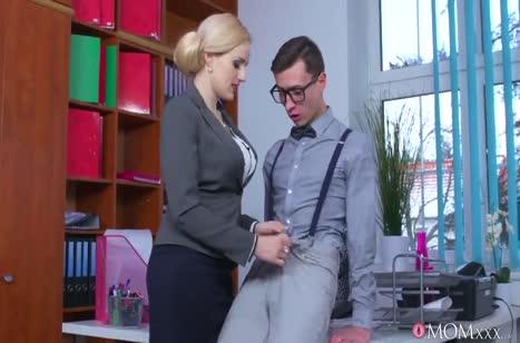 Сочная мамка соблазняет очкарика прямо в офисе №2