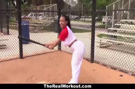Сексуальная бейсболистка трахается после игры №2