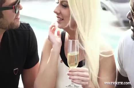 Красивая блондинка стонет от секса в анал и в писечку