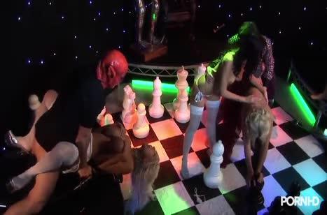 Сексуальные девки устроили групповуху с мужиками в костюмах №3