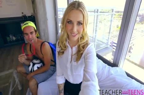 Красивый паренек страстно удовлетворил двух милых блондинок