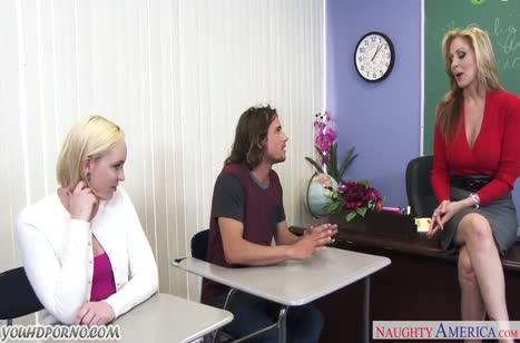 Сочные блондинки классно кувыркаются с коллегой преподом