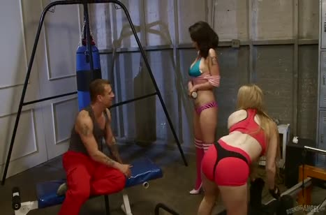 Две грудастые девки совратили качка на групповуху в зале