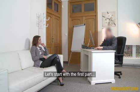 Деваха в сексуальных штанишках проходит собеседование через постель