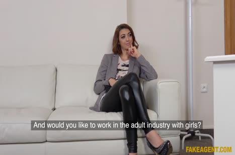 Деваха в сексуальных штанишках проходит собеседование через постель №2