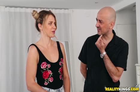Блондинка Мэри Кэлиси охотно пробует себя в порнухе