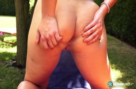 Хлоя Лямур с роскошным бюстом обожает мастурбировать на природе №4