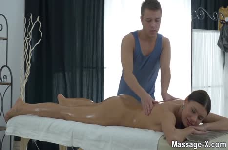 Грудастая Kitana Lure любит проходить массаж голышом