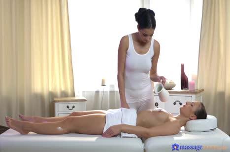 Симпатичные лесбиянки получают оргазмы на массажном столе №2
