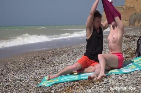Парочка прямо на пляже решается на экстремальный секс
