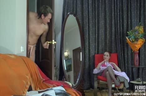 Рыжая русская чика в красивом платье легко раздвинула ноги