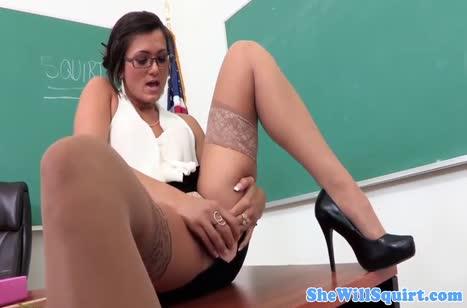 Зрелая похотливая училка раздвинула ноги перед студентом №2