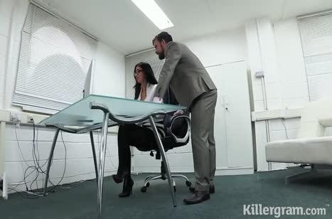Очкастая телка раздвинула ноги перед коллегой на работе