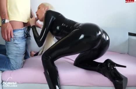 Лаура Парадайз в черном латексе снимает порно с бойфрендом №1