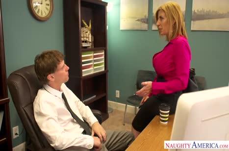 Сара Джей с удовольствием раздвинула ноги перед коллегой на столе