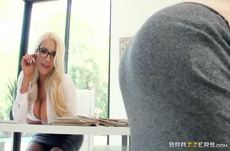 Гламурные блондинки в чулках без стыда ласкаются на работе