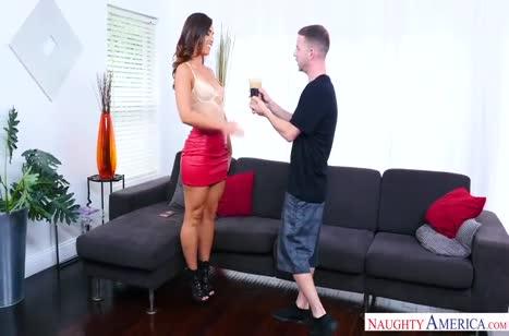 Длинноногая жопастая девочка резво оседлала пенис верхом