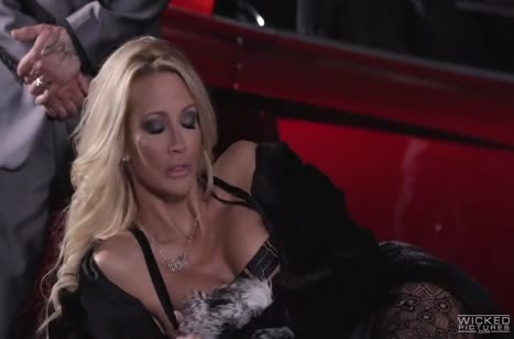 Сексуальную блондинку с классной жопой прут одновременно двое №2