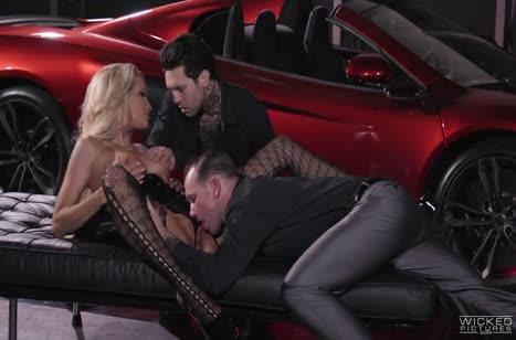 Сексуальную блондинку с классной жопой прут одновременно двое №3