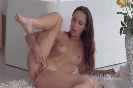 Красивая брюнетка мастурбирует на длинной секс игрушке №4