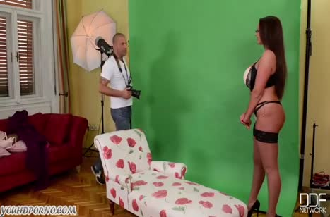Emma Butt после фотосессии соблазняет чувака на трах