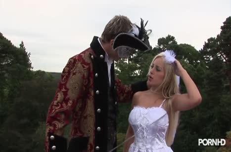 Красотка блондинка трахается с вельможей на свежем воздухе